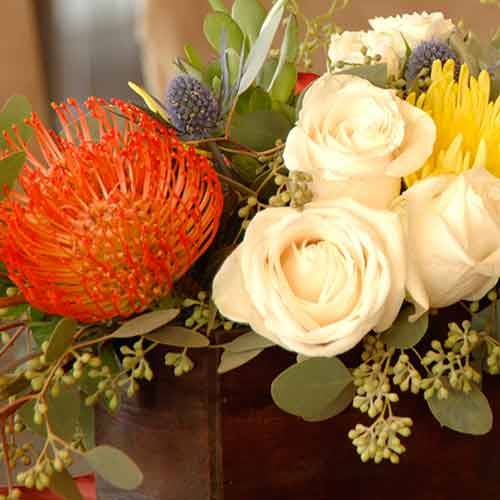 Flower arrangement with white roses