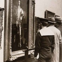 The Blue Boy on display at the National Gallery, London (side view), 1922. The Huntington Library, Art Museum, and Botanical Gardens.