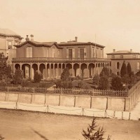 Coe-Raymond-Earle Residence, Harrison and Essex Streets, Rincon Hill, San Francisco, ca. 1867. Albumen print; 14 ¾ x 20 in. Mammoth-Plate Photographs of San Francisco in 1867 by Carleton E. Watkins (1829–1916). Huntington Library, Art Collections, and Botanical Gardens.