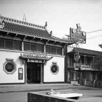 Joy Yuen Low restaurant and Phoenix Bakery in the Central Plaza, 1950. Los Angeles Public Library, Harry Quillen Photo Collection.